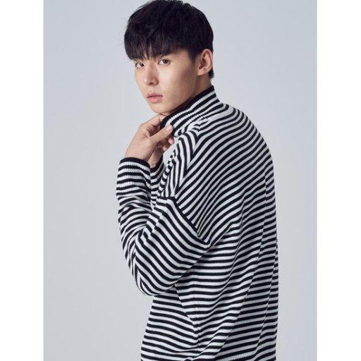 남성 블랙 배색 스트라이프 루즈핏 스웨터 (268X51WY25)