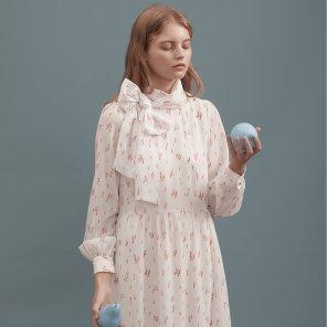 아이보리 리본 프린트 롱 드레스
